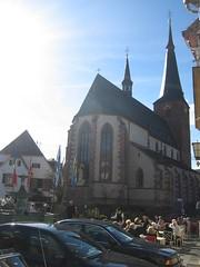nicht ganz mitten drin, aber bei der kerwe dabei: die st. urban kirche in deidesheim