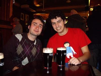 Disfrutando de una Guinness con Tano