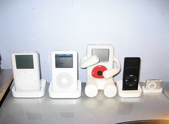 iPods, iPod, i moved the line o' iPods over to the other side of my desk. here they are. from left to right: Zephir, V3, iGuy, Arthur, Oscarpod