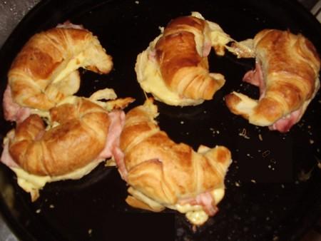 Croissant con jamón y queso