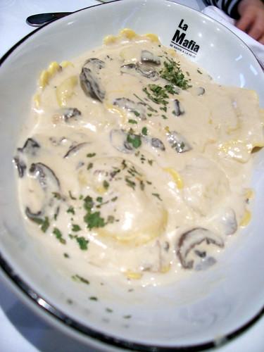 Girasoles de queso y nueces con salsa funghi