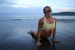 Dana hace Yoga en la Playa