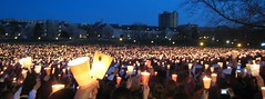 800px-2007_Virginia_Tech_massacre_candlelight_...