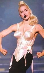 Madonna luciendo el sujetador de Gaultier