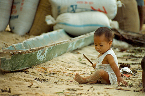 boy toddler sits and plays in the sand Buhay Pinoy Philippines Filipino Pilipino  people pictures photos life Philippinen  菲律宾  菲律賓  필리핀(공화�) musmos