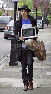 Pete Doherty se pasea con su MacBook