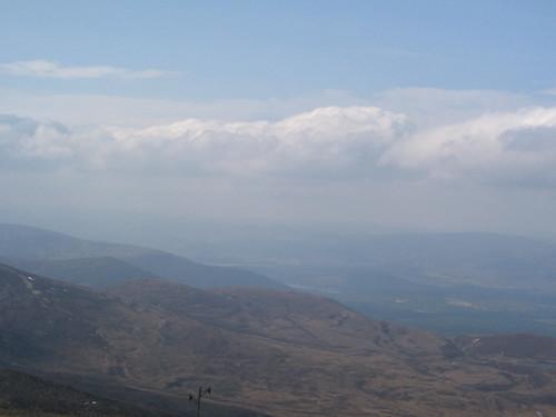 Dagen därpå åkte vi upp till Storbrittaninens sjätte högsta berg - eller som galenskaparna hadde sagt det 'ett j*vla högt berg' där var det lite dimmigt men fint ändå. om ni tittar noga ser ni liiiiite av Loch an eilen, ungefär i mitten nånstans