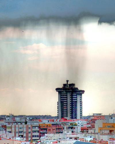 Lluvia sobre las Torres Blancas en Madrid (2007)