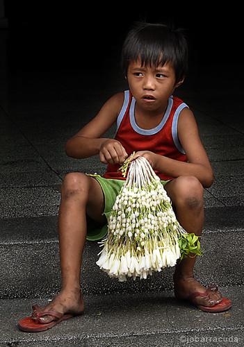 sampaguita boy vendor street ambulant sidewalk Buhay Pinoy Philippines Filipino Pilipino  people pictures photos life Philippinen