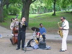 Zu sehen ist ein Quartett mit Instrumenten draußen