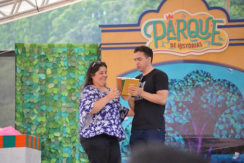 Entrega dos livros à secretária de cultura de Santa Bárbara