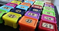 """Der Adventskalender. Die Adventskalender. Für jeden Tag, vom 1. Dez. bis zum 24. Dez., ist ein Geschenk für Kinder in den Döschen. • <a style=""""font-size:0.8em;"""" href=""""http://www.flickr.com/photos/42554185@N00/31532801741/"""" target=""""_blank"""">View on Flickr</a>"""