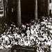 Pessoas observam o carro do Corpo de Bombeiros, levando o caixao de Portinari. Rio de Janeiro, 1962.