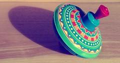 """Der Kreisel. Die Kreisel. Mit Kreiseln spielen kleine Kinder gerne. • <a style=""""font-size:0.8em;"""" href=""""http://www.flickr.com/photos/42554185@N00/31318518313/"""" target=""""_blank"""">View on Flickr</a>"""