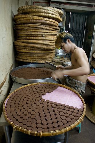 man working workers making chocolate binondo manila snack sweet food production Pinoy Filipino Pilipino Buhay  people pictures photos life Philippinen  菲律宾  菲律賓  필리핀(공화�) Philippines