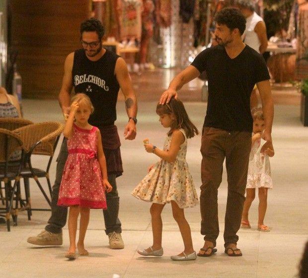 Cauã Reymond passeia com a filha Sofia em shopping carioca