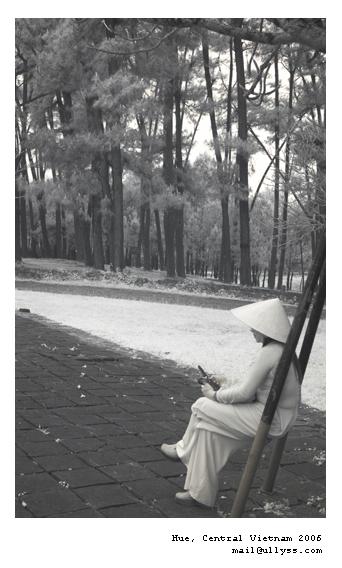 A Hue Lady waiting