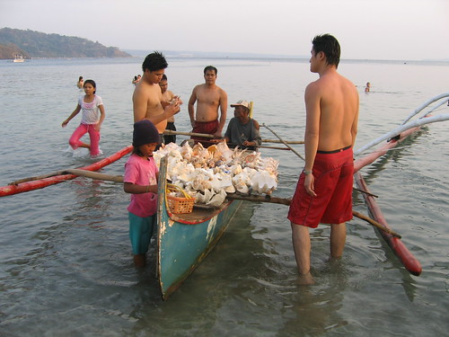 Baretto, Olongapo shells and corals for sale boat seaside scene rural Pinoy Filipino Pilipino Buhay  people pictures photos life Philippinen  菲律宾  菲律賓  필리핀(공화�) Philippines souvenir