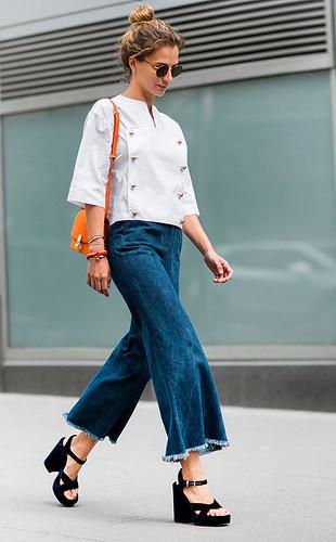 Cropped flared jeans, ainda mais se usada com flatforms.