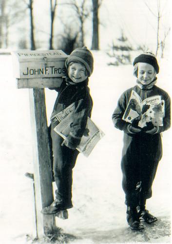 1936 June and Julia at the mailbox