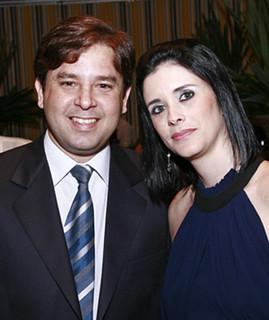 O diretor social do Morro do Pilar, Leonardo Aires, com a mulher, Karin Puntigan