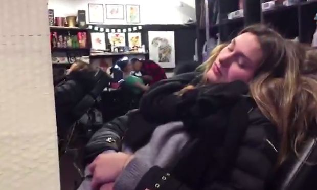 Xuxa e Sasha Meneghel fazem tatuagens juntas em Nova York