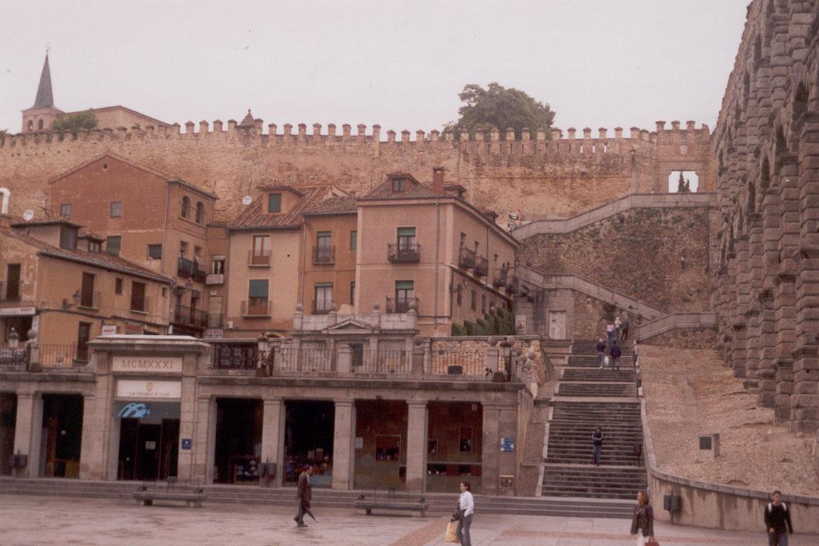 Segovia: el Acueducto y su Muralla Medieval (Foto: Darío Álvarez - 2005)