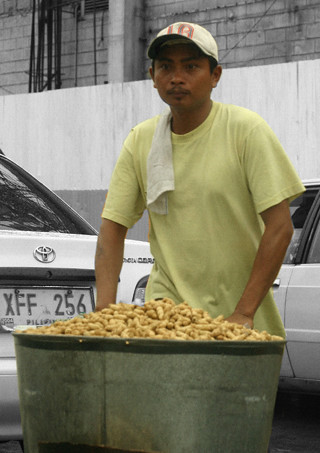 Pinoy Filipino Pilipino Buhay  people pictures photos life Philippinen  菲律宾  菲律賓  필리핀(공화�) Philippines  South Superhighway peanut vendor peanut vendor peddler ambulant boiled
