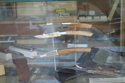 Pelico n'a pas pu s'arrêter à Thiers ... mais il a tout de même pu admirer quelques couteaux dans une vitrine