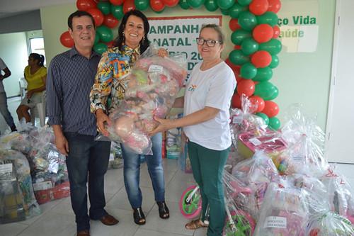 Altair e Mara fazem a entrega simbólica dos presentes para a Creche Família de Nazaré, através de Neusa Lagnier
