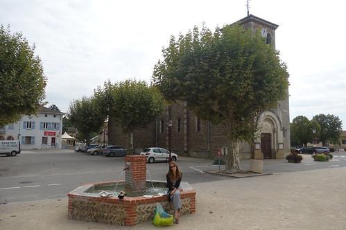 Pause déjeuner sur la fontaine, entre l'école et l'église
