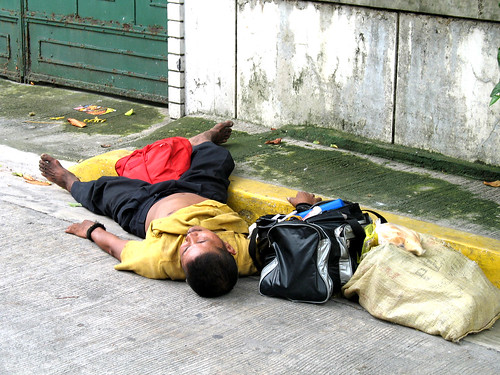 man sleeping on the sidewalk street pavement  Buhay Pinoy Philippines Filipino Pilipino  people pictures photos life Philippinen  菲律宾  菲律賓  필리핀(공화�) homeless