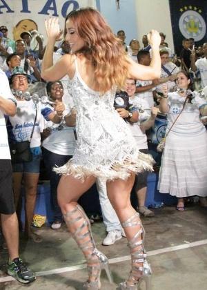 """Sabrina Sato troca beijos com amigo """"colorido"""" em ensaio de Carnaval"""