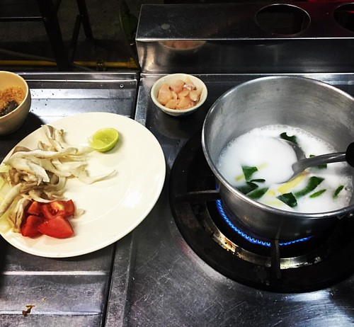 #coconutmilk #soup #cooking  #Kochkurs #cooking class #asiasceniccookingschool @ #ChangMai #Thailand  #thailoup #traveloup