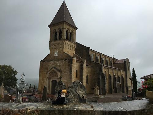 Devant l'église de Saint-Julien-de-Jonzy