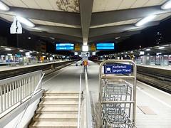 """Der Bahnsteig. Die Bahnsteige. • <a style=""""font-size:0.8em;"""" href=""""http://www.flickr.com/photos/42554185@N00/22649273089/"""" target=""""_blank"""">View on Flickr</a>"""