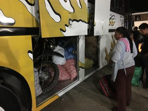 Ces bus transportent souvent de très nombreuses marchandises en soute (fruits, moto !..)