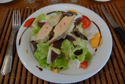 Spécialité du gers bien méritée : le fois gras (ici sur une salade gasconne, avec des magrets séchés de canard et des gésiers confits)