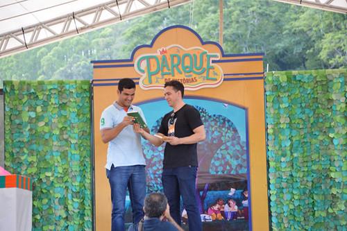 Livros foram entregues simbolicamente ao secretário de cultura de Belo Oriente