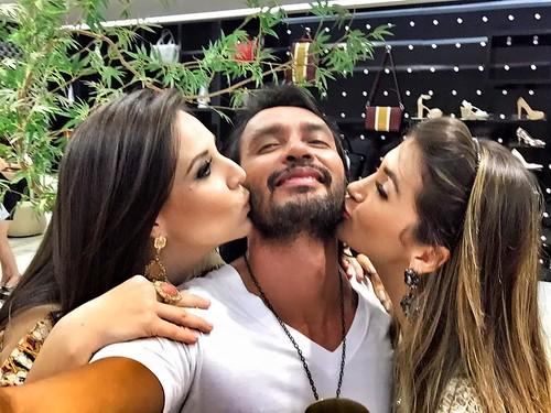 Flávio Osamu ganha beijos de Anelise Goper e Grazi Torquetti