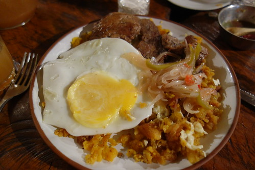 Un autre plat de Santa Cruz : il est commun de rajouter un oeuf sur les plats ici.