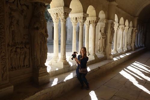 À deux pas de la cathédrale, Pelico se promène dans le magnifique cloitre.