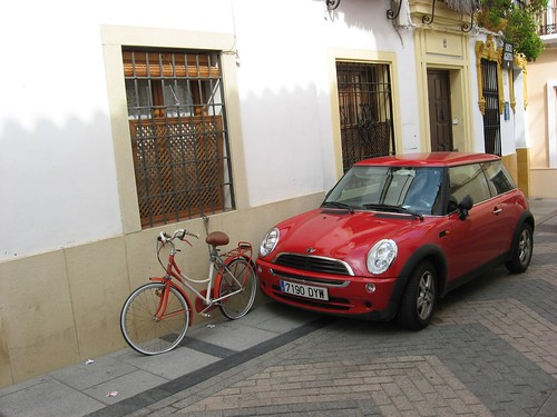Utilizar una bicicleta vieja como bolardo para impedir que los coches te tapen la ventana.