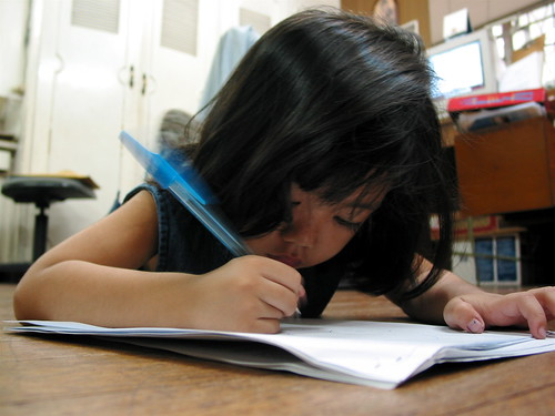 young girl writing scribbling Pinoy Filipino Pilipino Buhay  people pictures photos life Philippinen  菲律宾  菲律賓  필리핀(공화�) Philippines