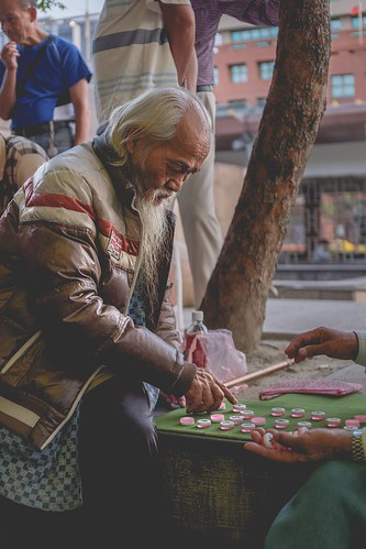 龍山寺站總有許多老人下棋,四周也總有一票人旁觀著,但就這位老人家的氣宇吸引了我。