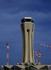 La torre de control del aeropuerto de Málaga rodeado de grúas