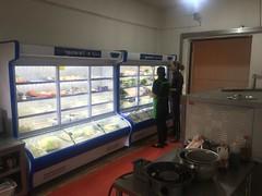 Bestellung im Restaurant vor dem Glaskühlschrank