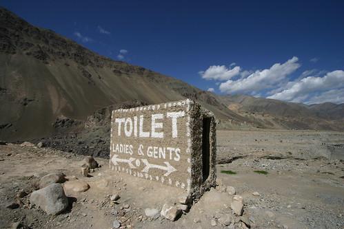 Toilettes à un poste de police dans la régions du Ladakh en Inde. Par Yodod (Flickr)