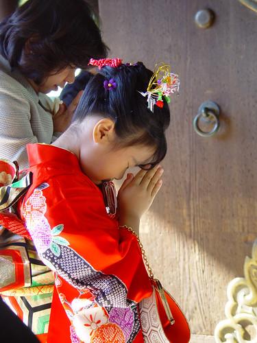 Shichi-go-san... Una kawaii chibi rezando en el templo