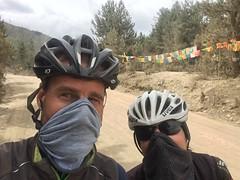 Improvisierte Schutzmasken gegen den Staub.